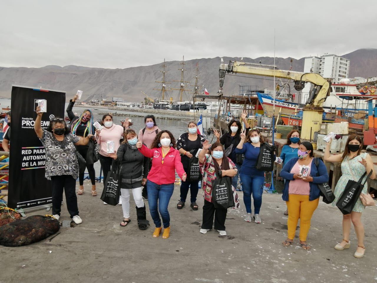 Entrega-de-celulares-a-mujeres-de-pesca-1