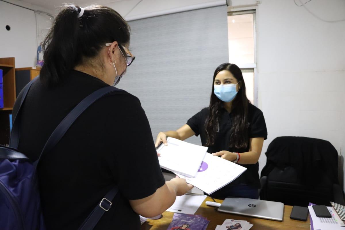 En-la-oficina-de-PRODEMU-en-El-Tamarugal-se-entrego-los-textos-de-estudios-a-participantes-del-programa-Cumpliendo-un-Sueno-2